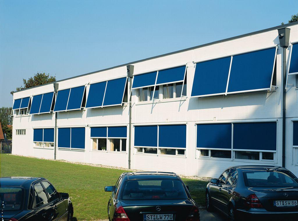Ansicht Bürogebäude mit Faltarm-Markisen von Markilux