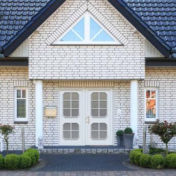 Aussenansicht Haus mit Kompotherm Haustür Modell Rubens