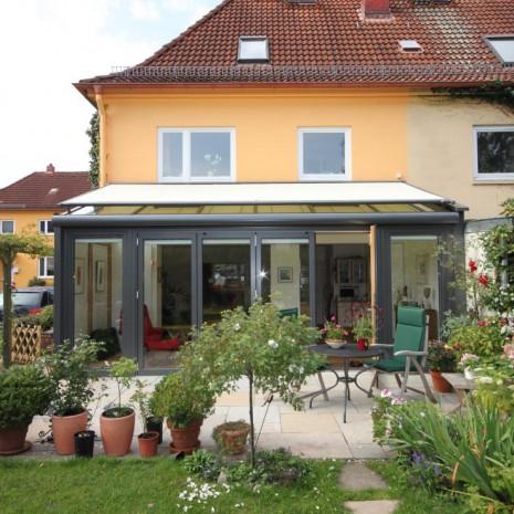 Frontansicht des neuen Solarlux Wintergartens Avantgarde in Hamburg-Bahrenfeld