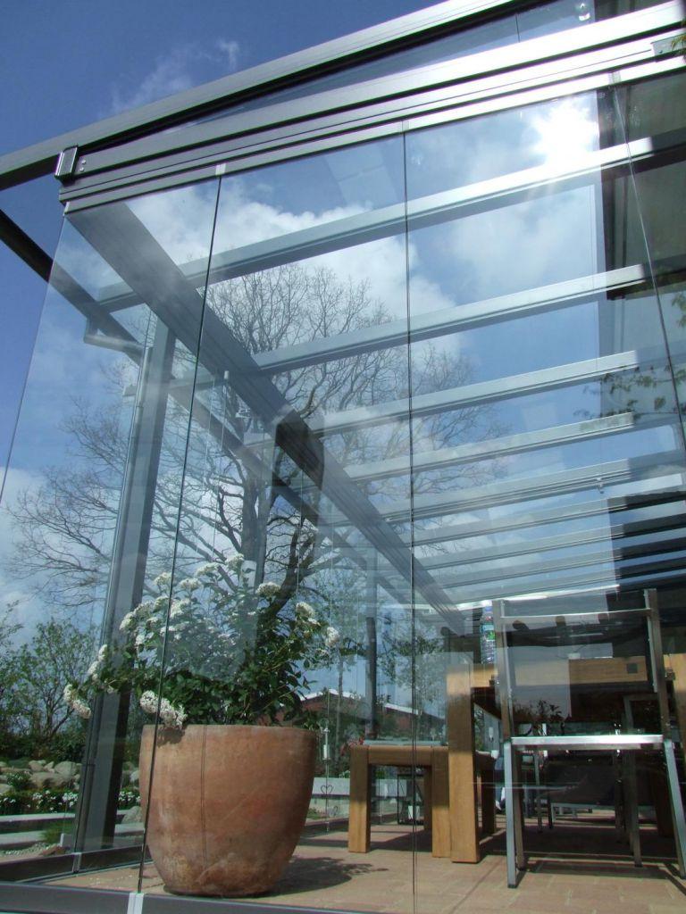 Seitliche Ansicht des Solarlux Glashaus Atriums mit SL25 Schiebe-Dreh-System in Ellerhop