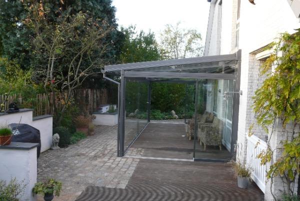 Seitliche Ansicht des Solarlux Glashauses in Tornesch