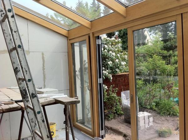 Innenansicht der Installation des neuen Solarlux Wintergartens Avantgarde in Hamburg-Bahrenfeld