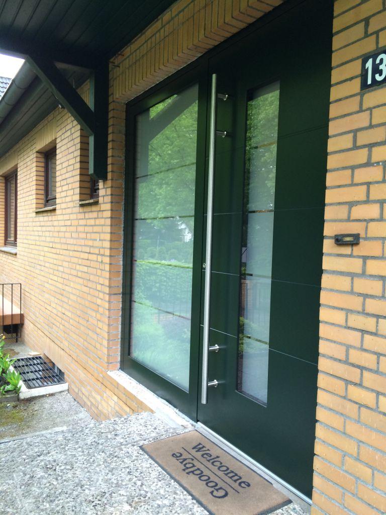 Aussenansicht seitlich Kompotherm Haustür E-149 montiert in Hamburg