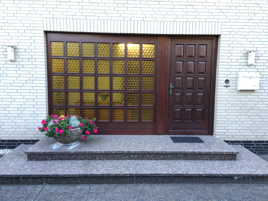Alte Haustür vor der Neusinstallation