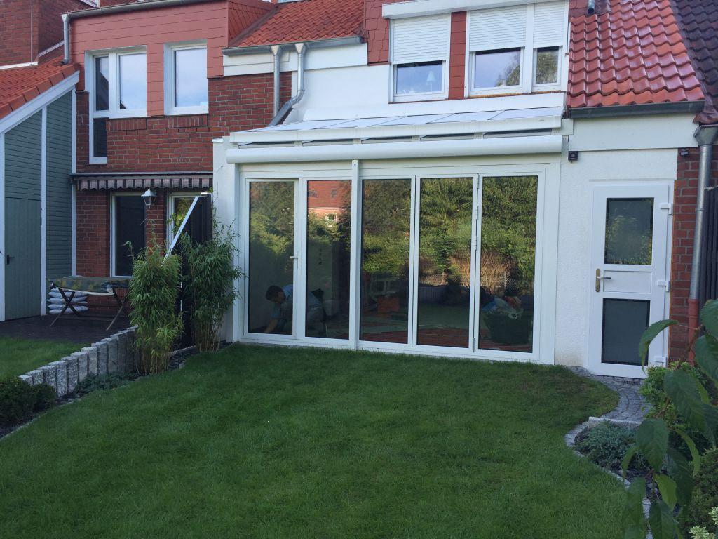 Aussenansicht des Solarlux Wintergartens mit mobilen Glas-Faltwänden in Hamburg