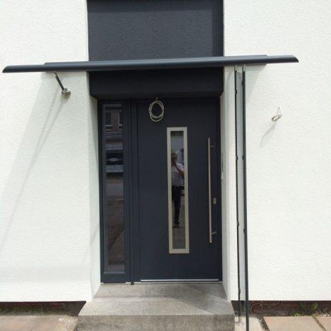 Kompotherm Vordach in Hamburg Modell Legeda in der Farbe Anthrazit Frontansicht