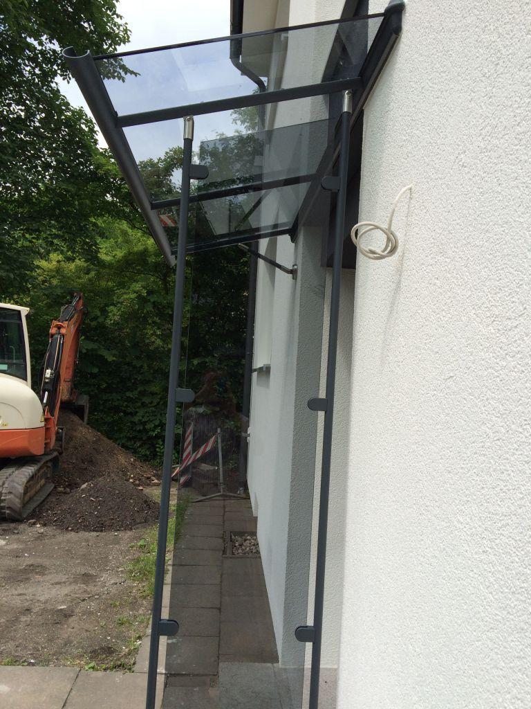 Kompotherm Vordach in Hamburg Modell Legeda in der Farbe Anthrazit Seitenansicht