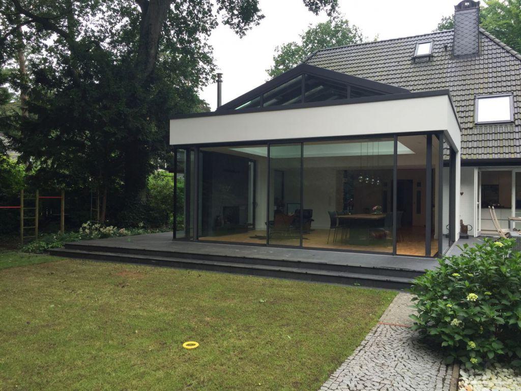 Aussenansicht des Solarlux Wintergartens mit CERO-Schiebefenstern in Hamburg
