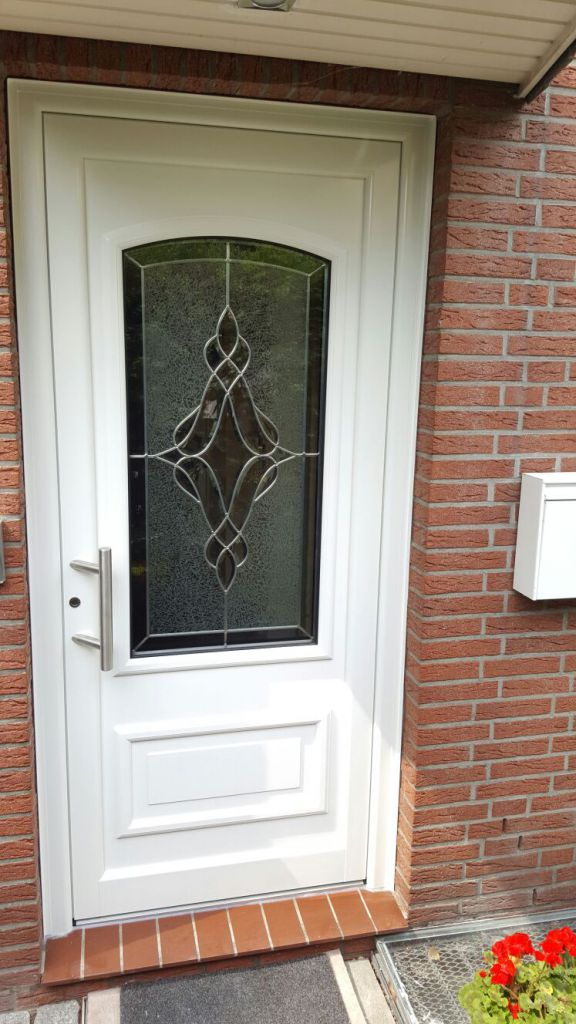 Aussenansicht der Kompotherm Van Gogh 8V Haustür mit Bleiverglasung in Schenefeld