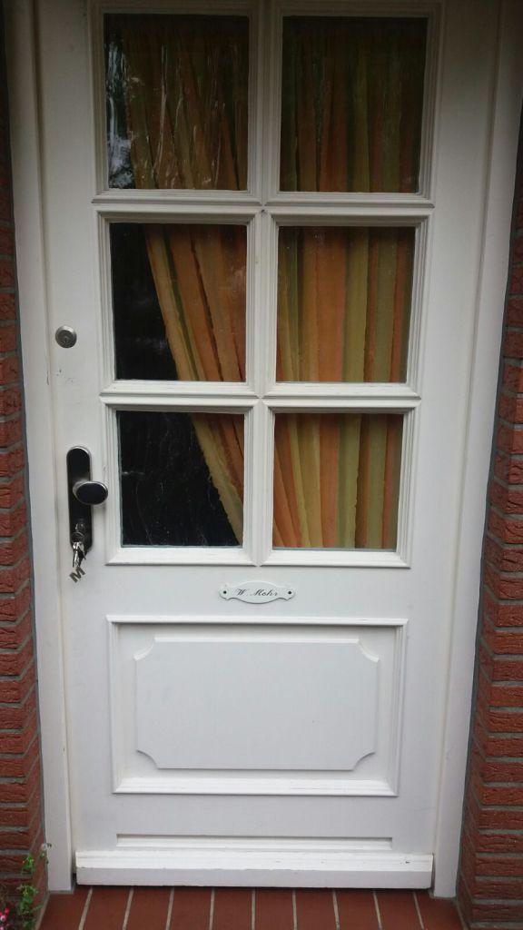 Die alte Haustür vor der Installation der Kompotherm Van Gogh 8V Haustür mit Bleiverglasung in Schenefeld
