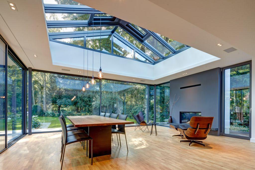 Innenansicht des Solarlux Wintergartens mit CERO-Schiebefenstern in Hamburg