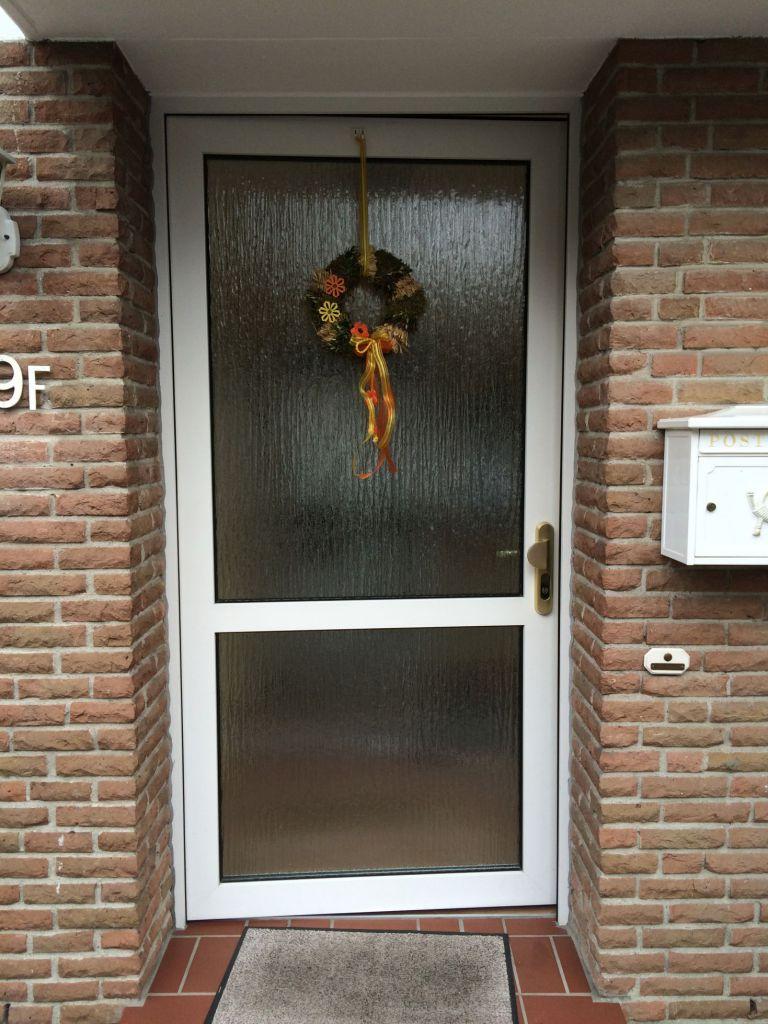 Die alte Haustür vor der Installation der neuen Kompotherm 310 Tür in Halstenbek