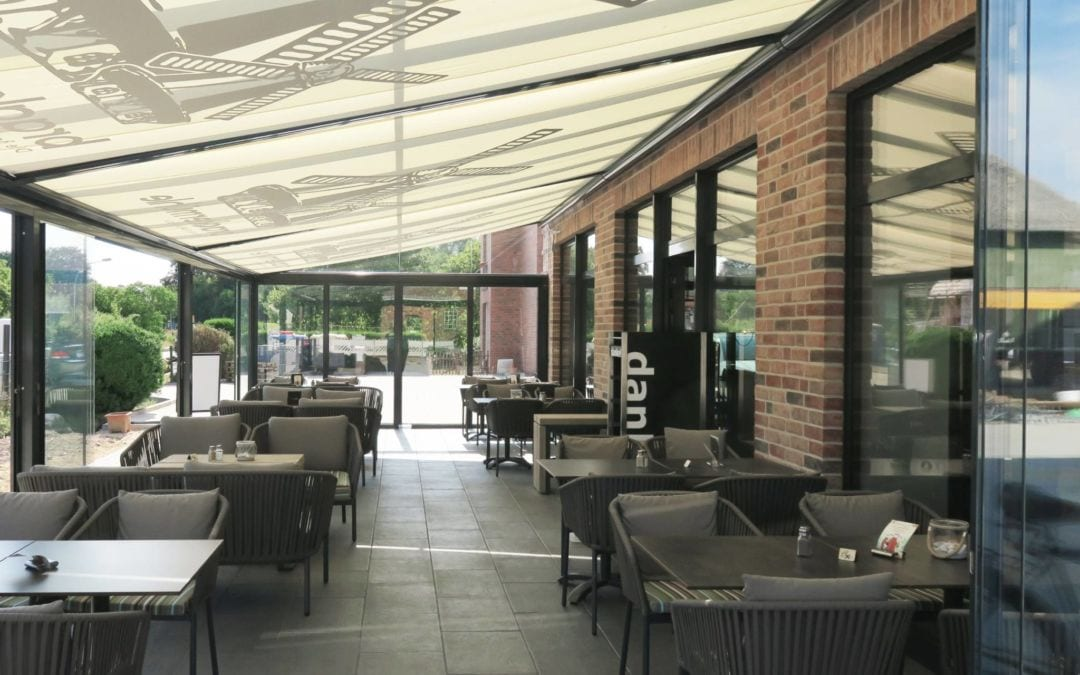 Terressendach-Atrium Plus-Solarlux vor Gastronomie mit Unterglasmarkise von Sonne Rundum in Hamburg