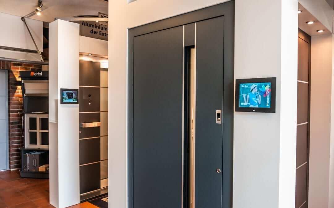 Haustürenbereich in der Ausstellung von Sonne Rundum bei Hamburg