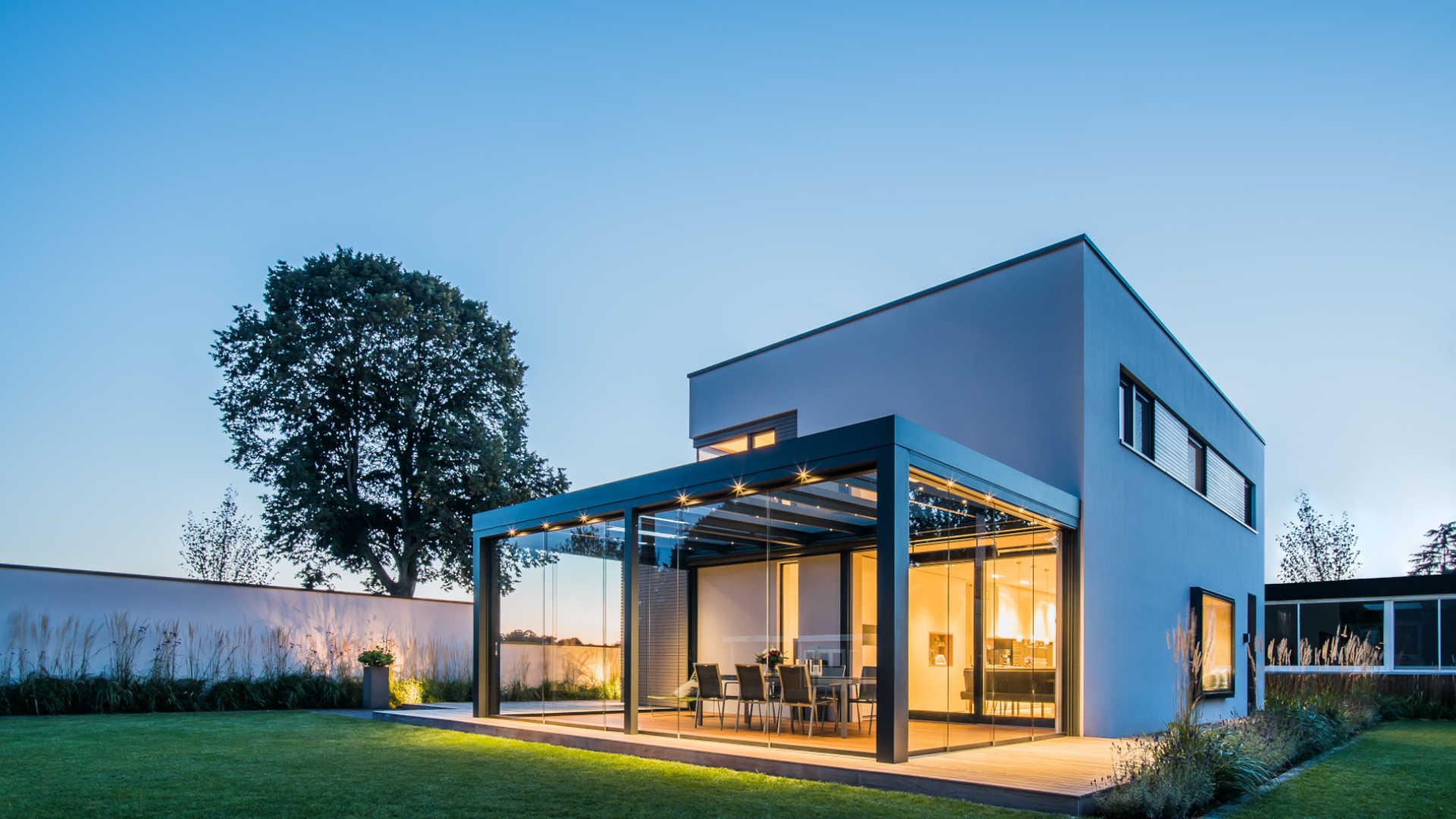 Galeriebild milieu Solarlux Acubis Terrassendach aus Aluminium in grau am Abend